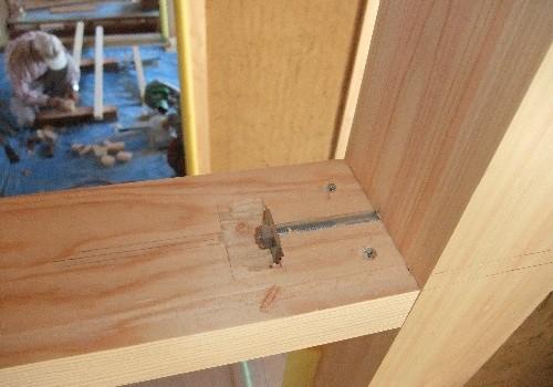 鴨居と柱:ボルトで引く